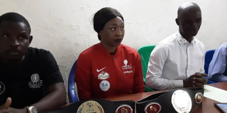 Sanogo Sedja, entourée par le président de la Fib à droite et  son frère, est déterminée à arracher la qualification pour les Jeux olympiques. (DR)