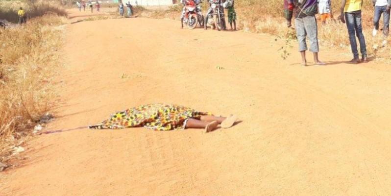 Vue du corps sans vie de la victime de la chute de tricycle à Niakara. (Aip)