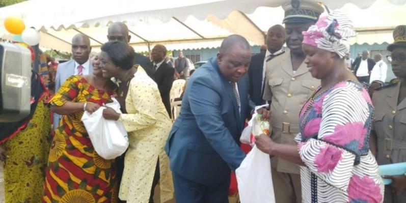 Les ministres Kobenan Adjoumani et Mariatou Koné remettant des kits à deux bénéficiaires. (DR)