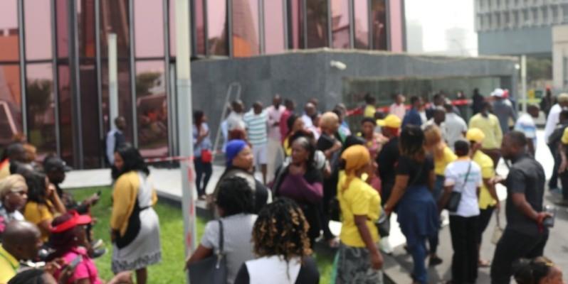Des agents grévistes de la Poste de Côte d'Ivoire. (JEAN BAVANE)