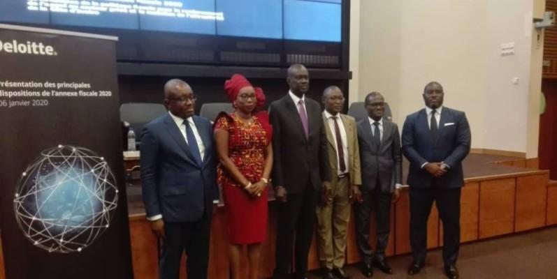 Adama Sall, le représentant du ministre en charge du Budget, entouré des experts de Deloitte et de représentants de l'administration. (DR)