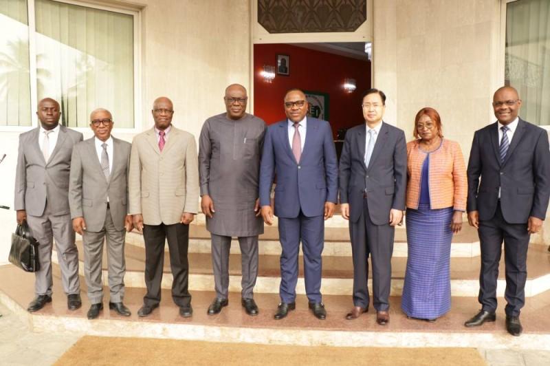 La délégation du Réseau des Commissions électorales de la CEDEAO pose avec le bureau de la Cei. (DR)