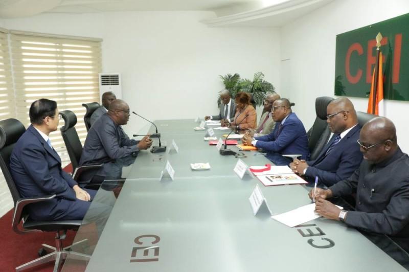 La délégation du Réseau des Commissions électorales de la CEDEAO et le bureau de la Cei en séance de travail. (DR)