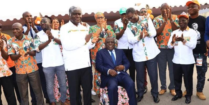 Le maire de Koumassi, Cissé Bacongo (assis en costume), investi coordinateur Rhdp-Koumassi par le gouverneur Beugré Mambé. (DR)