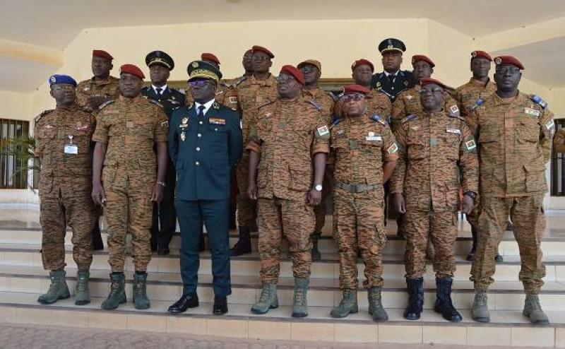 Photo de famille après la séance de travail entre les deux armées