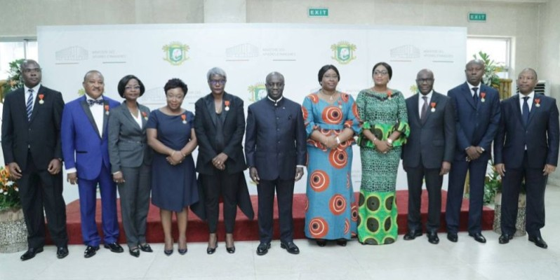 Le ministre des Affaires étrangères, Marcel Amon-Tanoh (au milieu), pose avec quelques récipiendaires après la cérémonie. (DR)