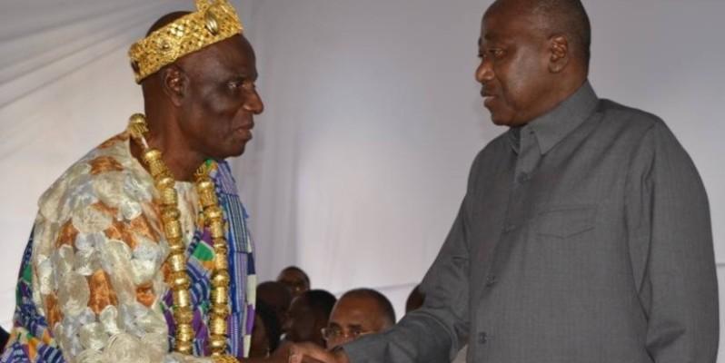 Le Chef Yobo Faustin salué par le Premier ministre Amadou Gon Coulibaly. (Aip)