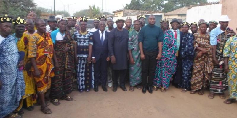 Une photo de famille autour du ministre Kobenan Kouassi Adjoumani pour immortaliser la rencontre. (DR)
