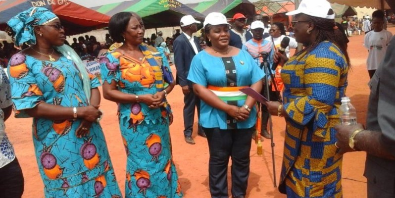 La ministre Anne Ouloto (à l'extrême droite) a félicité le maire Badou Harlette (écharpe autour de la taille), pour la propriété de la commune. (DR)