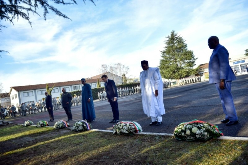 Le Président français Emmanuel Macron et les Chefs d'Etat des pays du G5 Sahel lors d'une cérémonie à Pau le 13 janvier 2020.