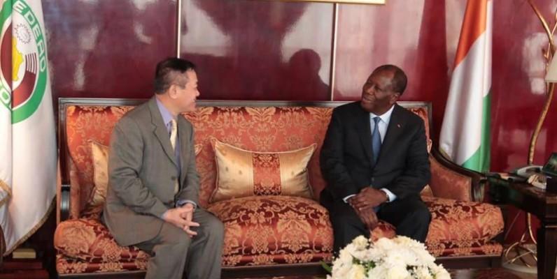 Le Président de la République de Côte d'Ivoire (à droite) et l'ambassadeur Vietnamien au cours de l'audience. (DR)