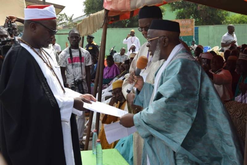 Le nouvel élu, l'Imam Sy Savané recevant son certificat et les symboles liés à sa fonction (DR)
