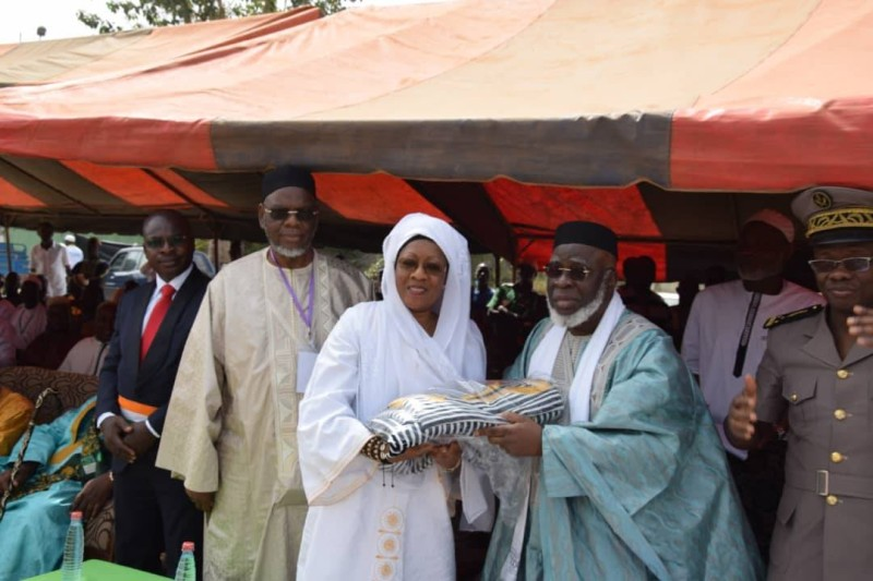 La marraine, Gielen Somda Georgette offrant un présent au chef de la communauté musulmane de Côte d'Ivoire (DR)