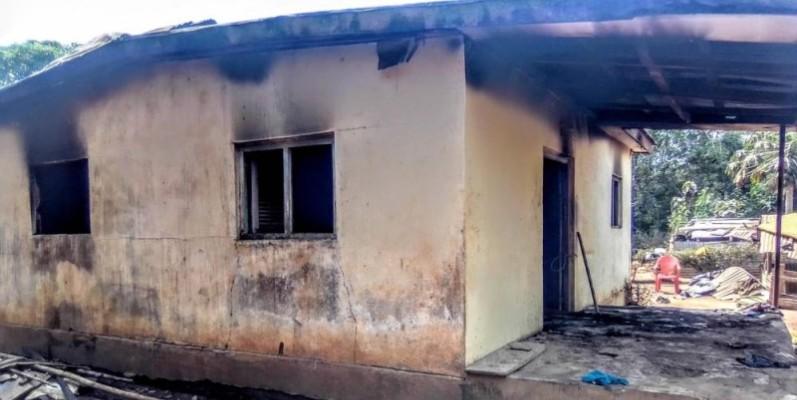Une vue de l'habitation ravagée par les flammes à Beleoulé. (DR)