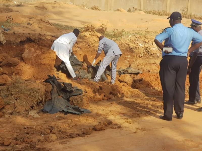 20 corps à partir de la reconstitution des ossements ont été retrouvés dans ladite fausse (Saint Tra Bi)