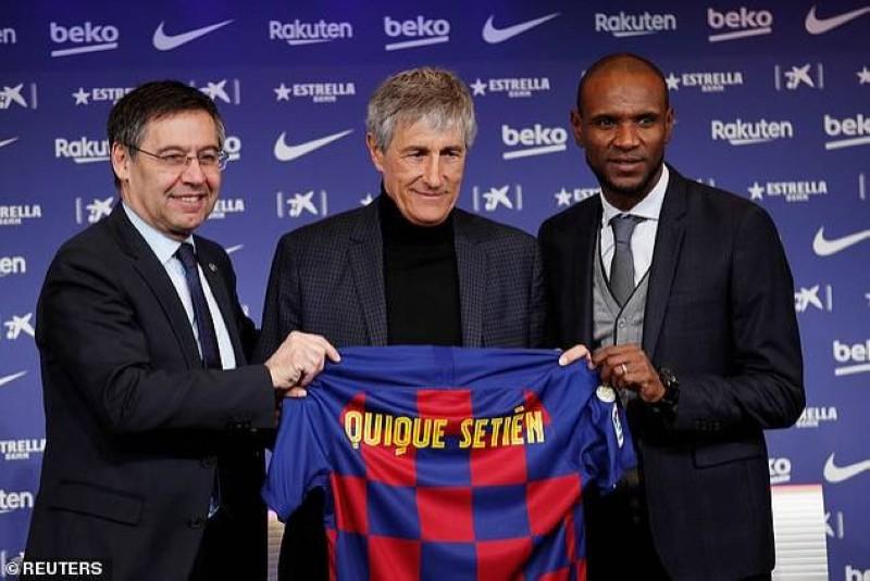 Le nouvel entraîneur du Barça entouré du président Josep Bartomeu (à gauche) et Eric Abidal, le directeur sportif. (DR)