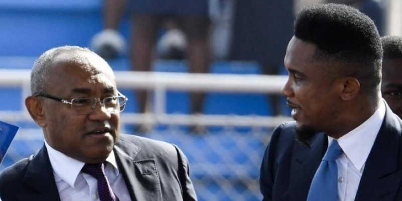 Le président de la CAF Ahmad et son conseiller l'ex-superstar Samuel Eto'o. (Rfi)
