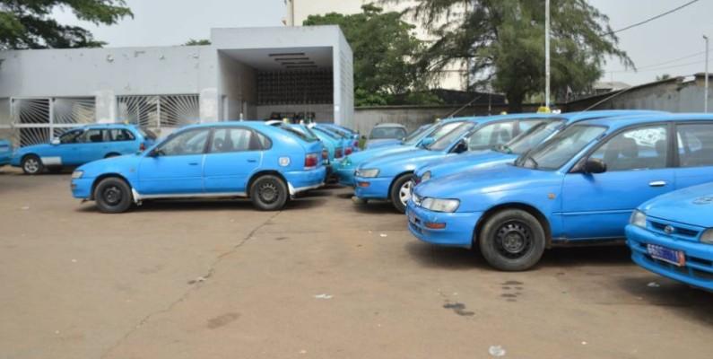 Des taxis communaux stationnés (Julien Monssan)