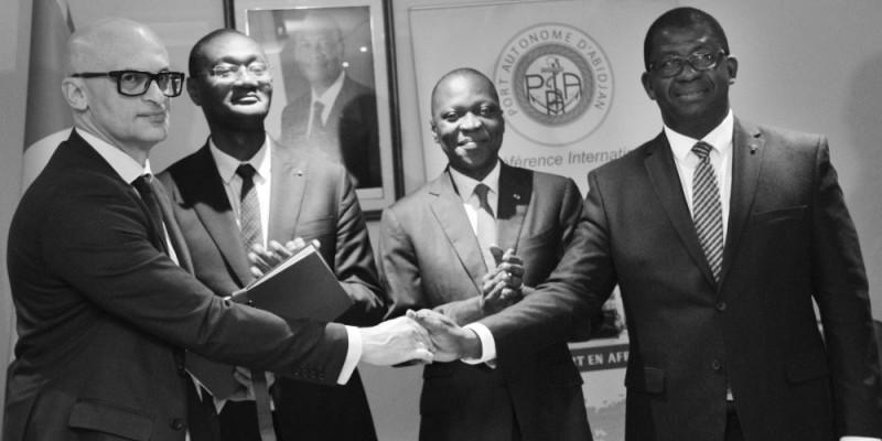 La signature d'accord a eu lieu en présence du ministre des Transports, Amadou Koné et de Moussa Sanogo, ministre auprès du Premier ministre, chargé du Budget et du Portefeuille de l'État (respectivement à droite et à gauche à l'arrière-plan). (DR)