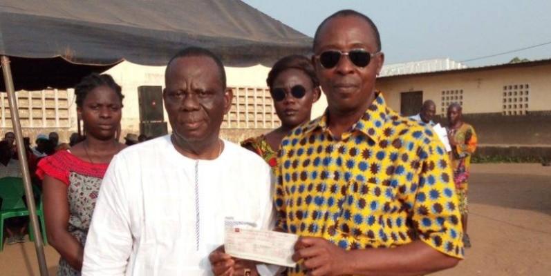Les jeunes de Nouvel Osrou reçoivent les premiers chèques du fonds d'aide « Victor Akessé ». (DR)
