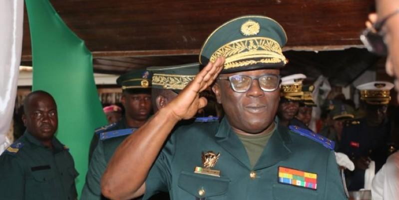 Le général de division, Lassina Doumbia, chef d'état-major des armées face aux militaires pour la cérémonie de présentation de vœux (Ph : Sébastien Kouassi)