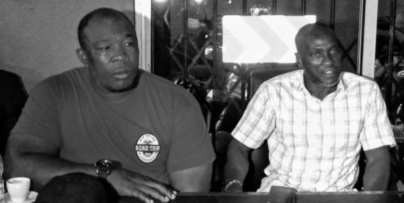 Goli Alexandre alias Zandro, président sortant (en tee shirt) en compagnie du nouveau président, Lacina Konaté dit Grand Végas. ( DR )