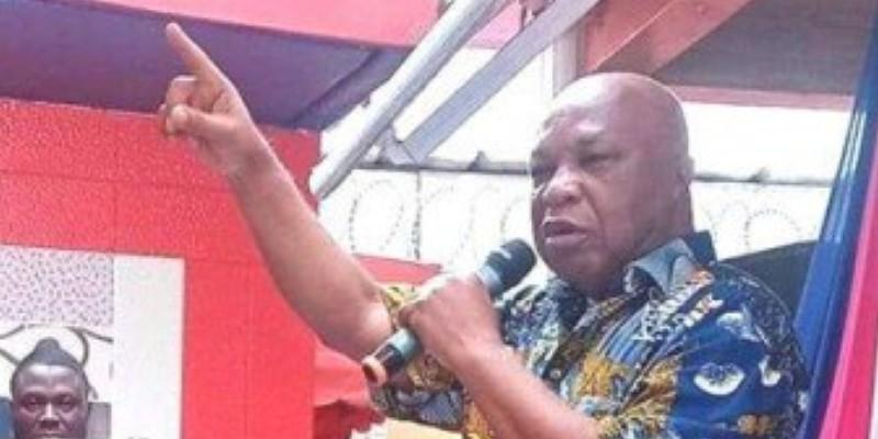 Assoa Adou présentait le pagne de la fête de la liberté pour leur frange du FPI. (Dr)