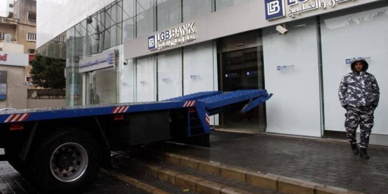 Un camion bloque l'entrée d'une succursale d'une banque dans la ville de Saïda, au Liban, le 4 janvier. (DR)