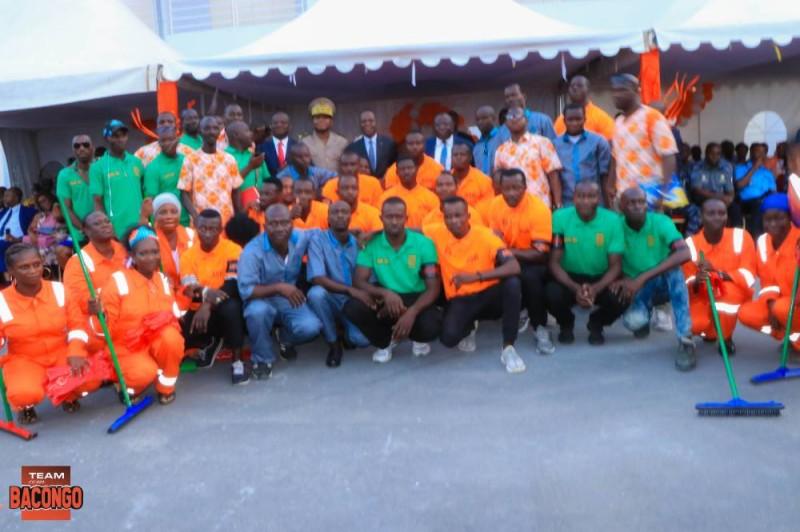 La photo de famille avec les employés de la nouvelle gare. (DR)
