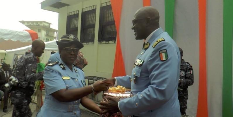 Kouyaté Youssouf, recevant son présent des mains du commissaire Aby épouse Baroan Lydie. (DGPN)