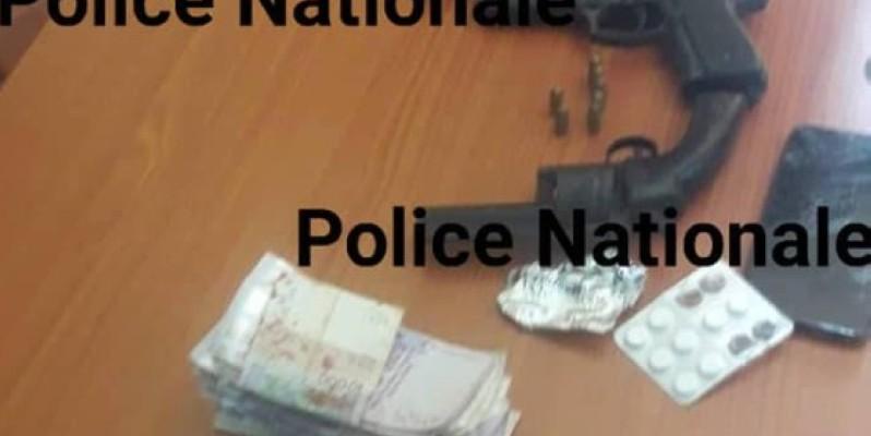 La somme d'argent et les armes découvertes par la police sur l'individu arrêté. (DGPN)
