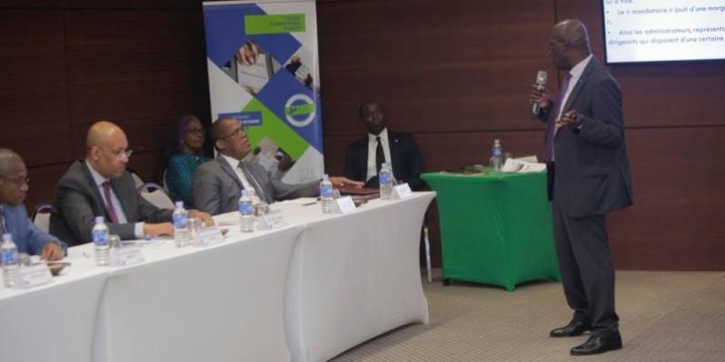 Dr Traoré Bakari, avocat, vice-président de l'Inad-CI et coordonnateur du module de formation (au micro) a expliqué, à l'ouverture des travaux, les enjeux de la gouvernance. (DR)