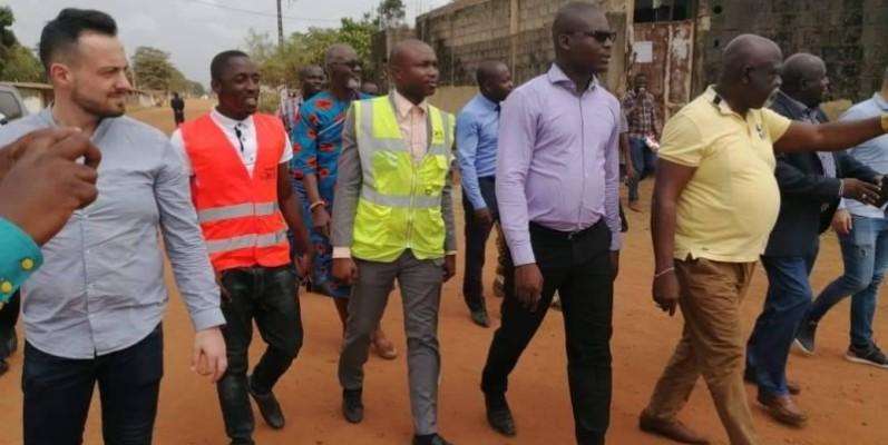 Le représentant du ministre de l'Equipement et de l'Entretien routier a fait l'annonce au population à la Mairie de Fresco. (DR)