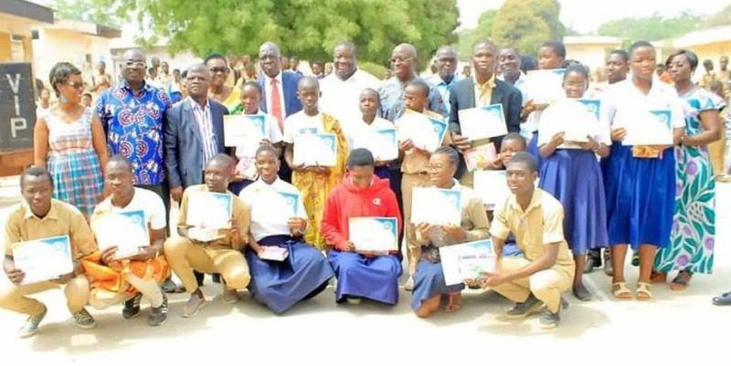 Les meilleurs élèves en anglais du lycée moderne 2 ont posé avec les autorités.(DR)
