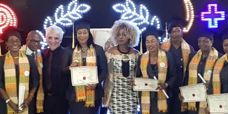 Les huit dames, formant la promotion Cheick Yacouba Sylla, autour des responsables de l'Ecole. (DR)