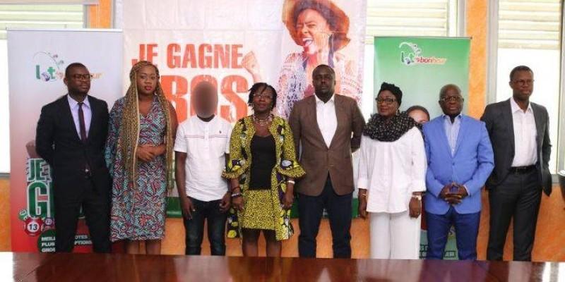 Les vainqueurs de ''Loto bonheur'' entourés des responsables de la Lonaci ont reçu leur chèque. (DR)