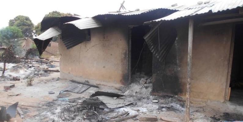 Une vue des maisons incendiées pendant le conflit. (DR)