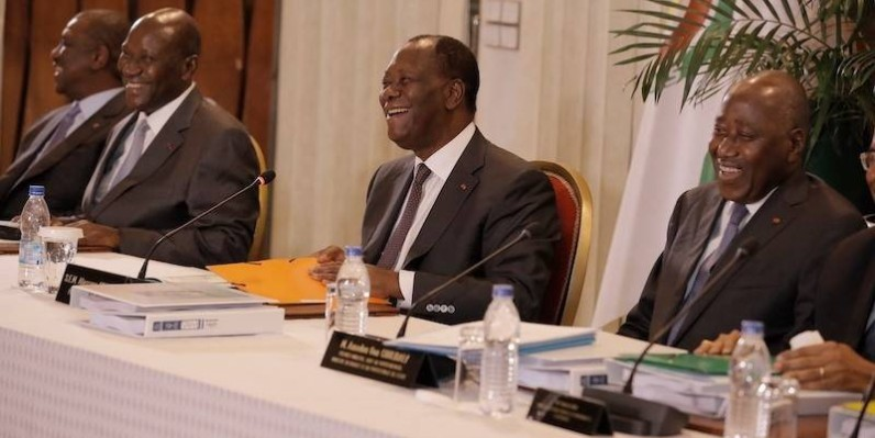 Le Chef de l'État, Alassane Ouattara, entouré du Premier ministre et du vice-Président. (DR)