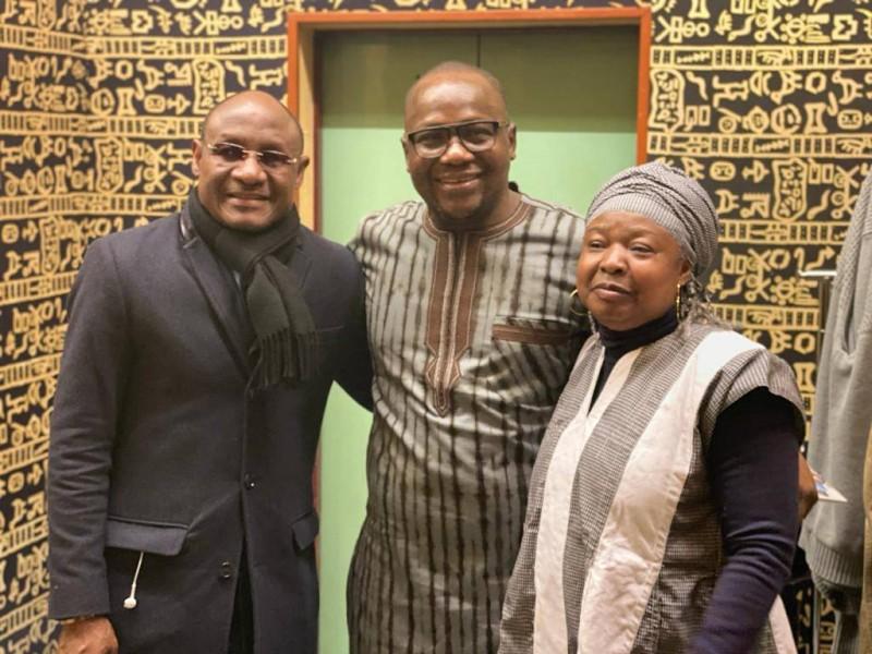 De nombreuses stars dont Gadji Céli (à gauche) sont venues soutenir Jah Press (au centre). (DR)
