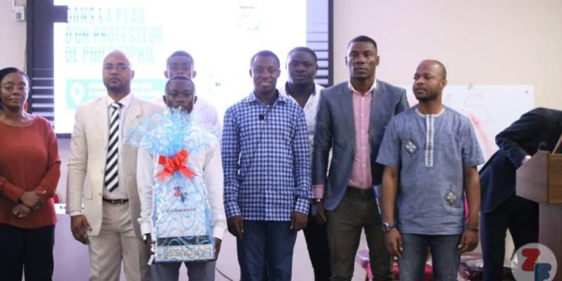 Le vainqueur de la première édition de ''Dans la peau de…'', Allen N'Guessan, a été récompensé par la Z-Fondation dirigée par Emmanuel Kouassi (au centre). (DR)