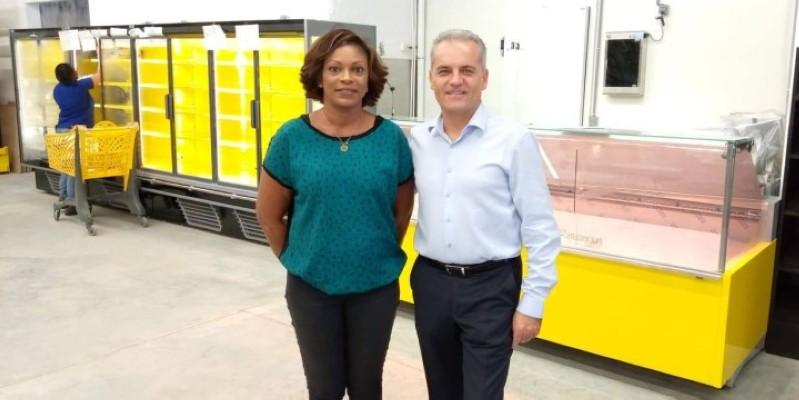 Pascal Bordeaux et Viviane N'Guessan, responsable du magasin, se félicitent de l'appui du gouvernement ivoirien au projet de supermarché économique. (DR)