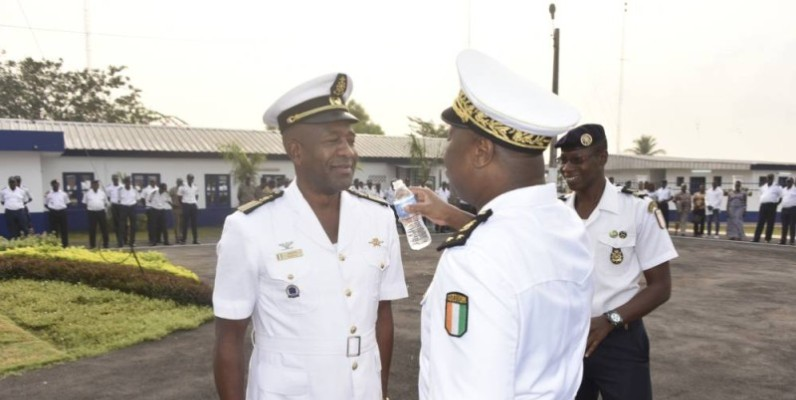 Le contre-amiral Kouamé N'Guessan Célestin arrosant le galon du sous-chef état-major Amara Koné, capitaine de vaisseau-major.  PHOTO:DR