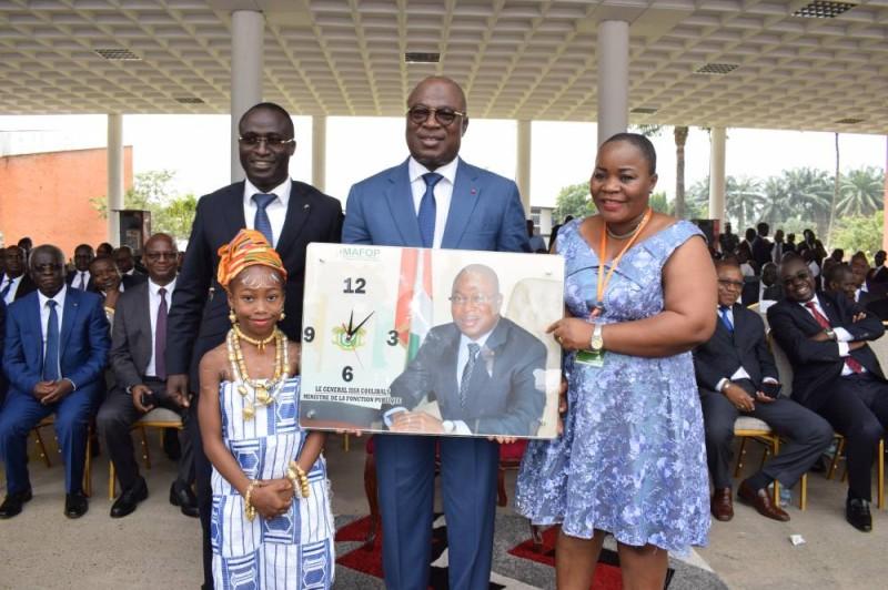 Le ministre a reçu à l'occasion, un présent de la part de ses collaborateurs.