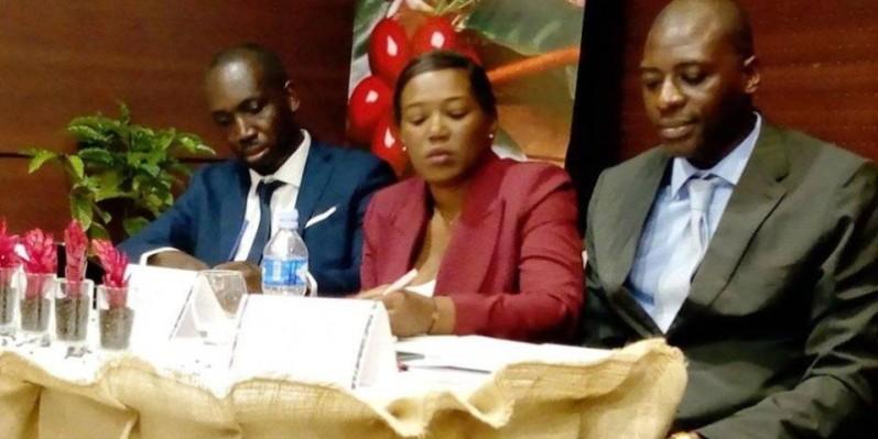Une vue de la table de séance, M. Franck Mohamed Kessé, président du comité d'organisation (à droite et Dié Kacou, secrétaire général du salon (à gauche). (Francis Kouamé)
