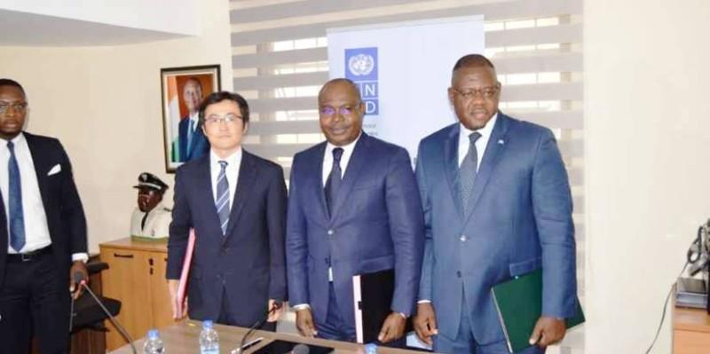 Fujino Kojiro (à gauche) et Jonas Mfouotie (à droite) renforçant le partenariat. (AIP)