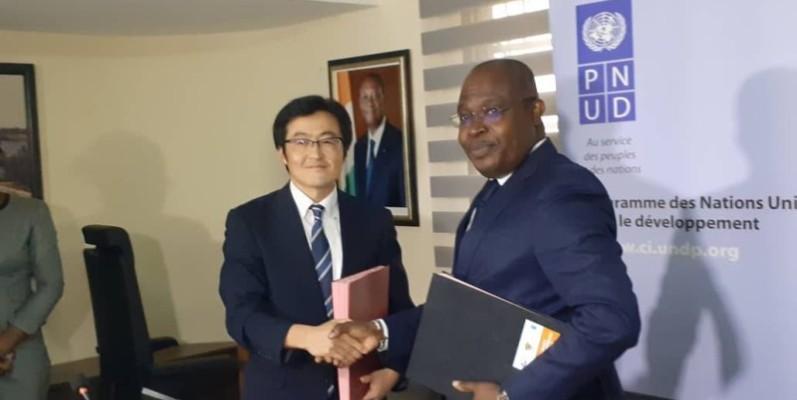 Le  Représentant Résident de la JICA, FUJINO KOJIRO (à gauche)  et  le Représentant Résident  du PNUD, JONAS Mfouotie , lors de la signature  de la 3ème phase du projet de renforcement des capacités de la police nationale.(DR)