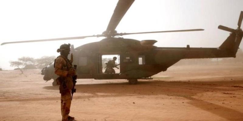 Un soldat français devant un hélicoptère Caïman de l'opération Barkhane, le 29 juillet 2019, à Ndaki, au Mali. (Dr)