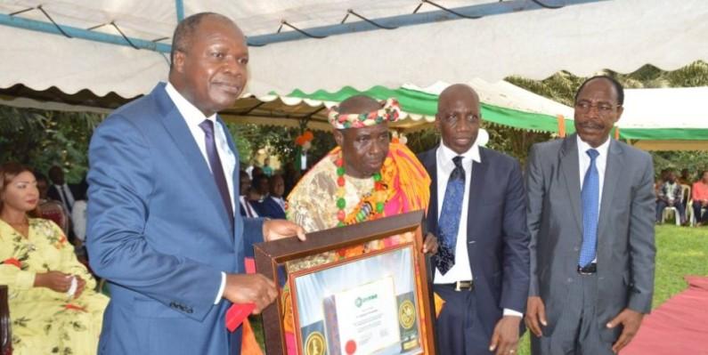 Le ministre Mabri Toikeusse et le directeur du Cnra. (DR)