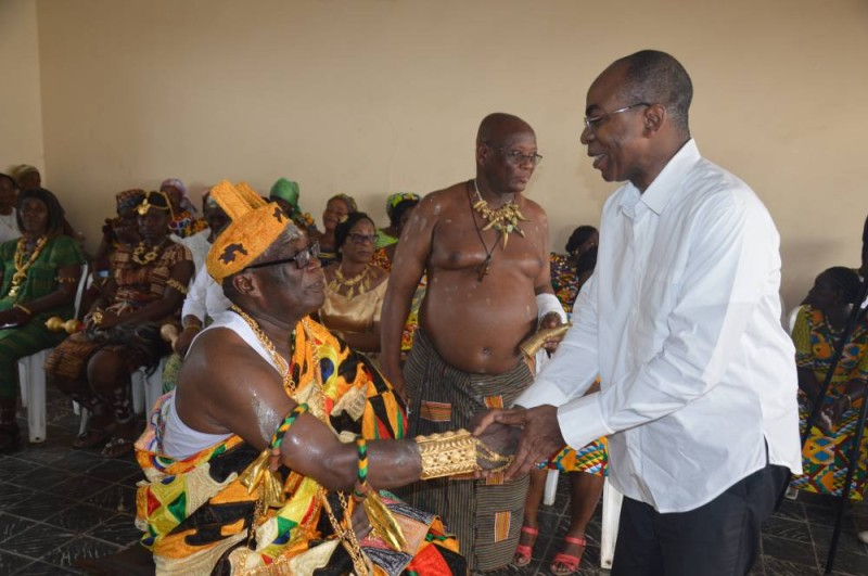 Le ministre Claude Isaac Dé a effectué le déplacement de Jacqueville pour saluer le chef Bonny Tanoh Benjamin (DR)