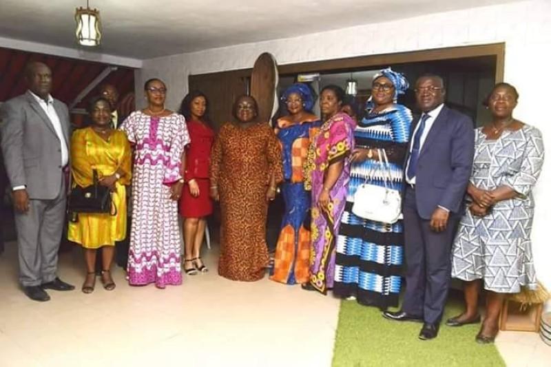 Des membres du RIFEL'S ont posé avec la ministre Anne Désirée Ouloto après la remise du don. (DR)